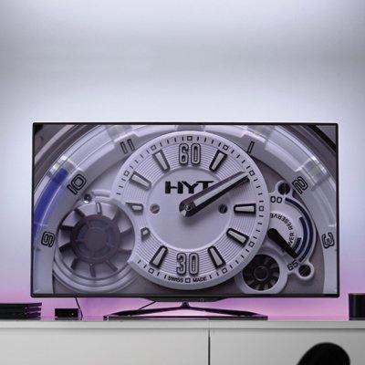 Télévision flatscreen presentant une vidéo de la montre HYT