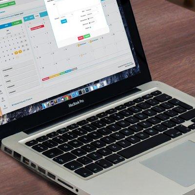 Ordinateur portable affichant un système de prise de rendez-vous en ligne