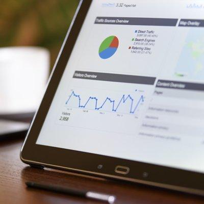 Tablette présentant un tableau de bord affichant le referencement web seo