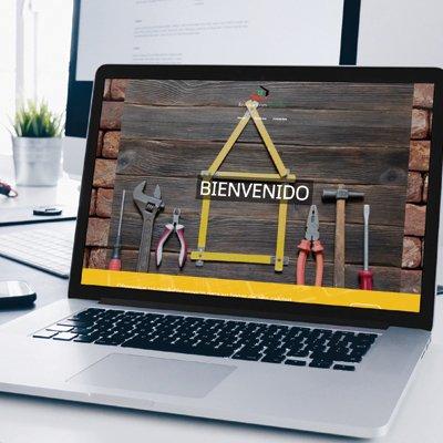 Mockup ordinateur portable présentant le site web de Remodelaciones Quindio