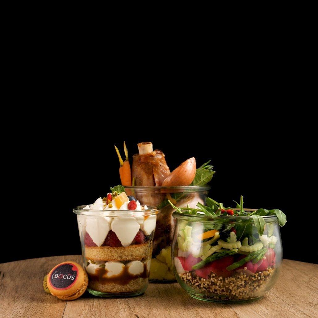 Photographie pour Bocus mettant en scene 3 pots en verre avec entree, plat et dessert